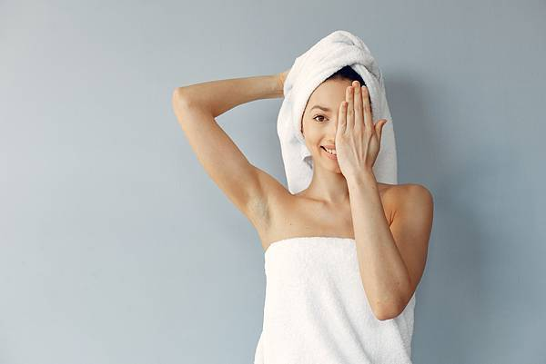 beautiful-young-woman-posing-with-towels.jpg